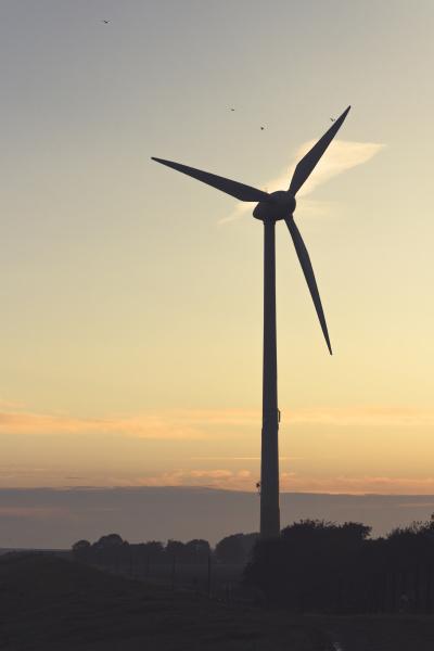 deutschland ostfriesland windkraftanlage bei sonnenaufgang