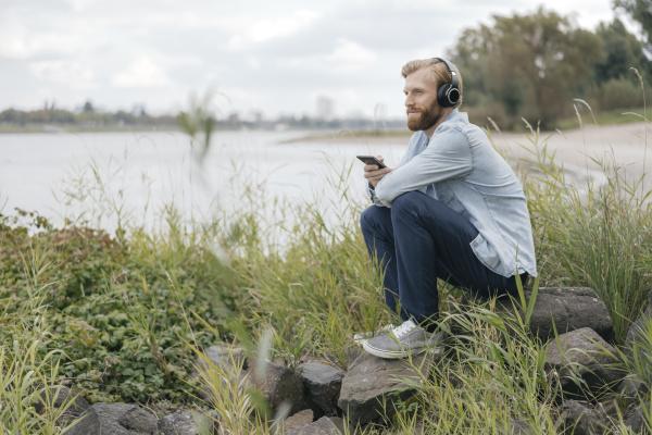 deutschland duesseldorf mensch hoert musik mit