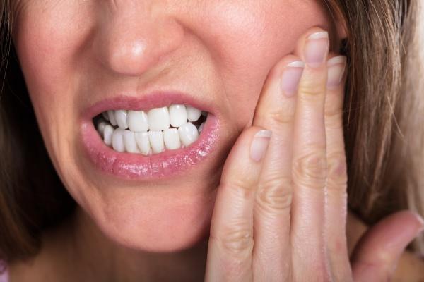 frau leidet unter zahnschmerzen
