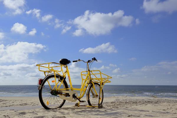 gelbes fahrrad steht am strand norderney