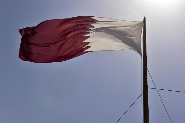 katar fahne weht im wind doha