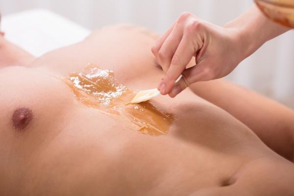 kosmetikerin auftragen wachs auf der brust