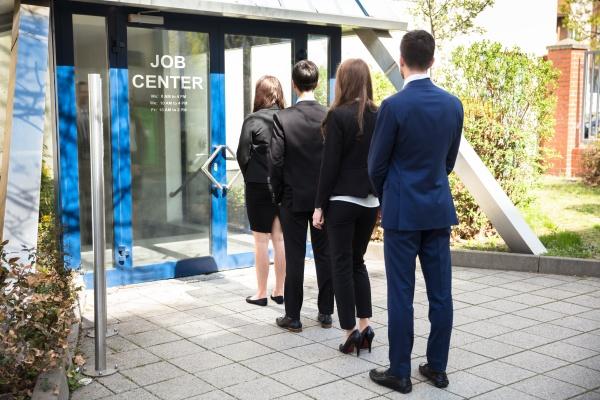 geschaeftsleute stehen am eingang des jobcenters
