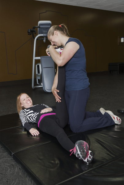 physiotherapeut bei der unterstuetzung junger frauen