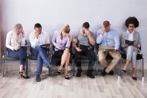 langweilige menschen warten auf job interview