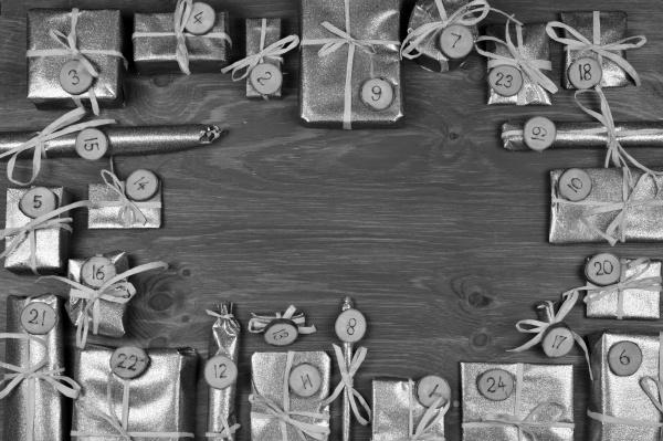 rahmen des adventskalenders mit 24 silbernen