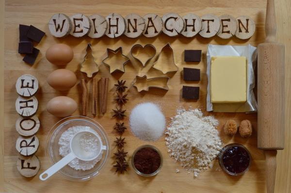 backzutaten mit holzstuecken und den deutschen