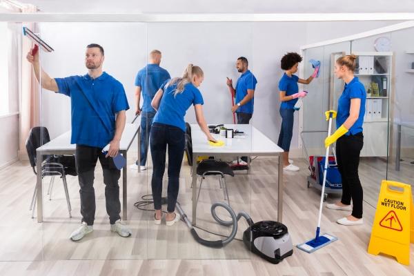 gruppe von erfahrenen janitoren reinigungsbuero