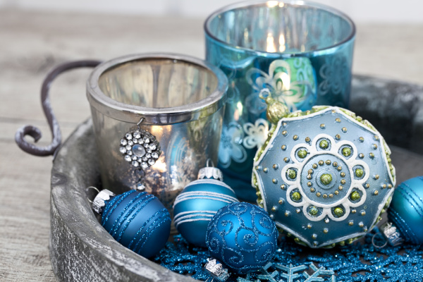 stillleben der blauen weihnachtsverzierung