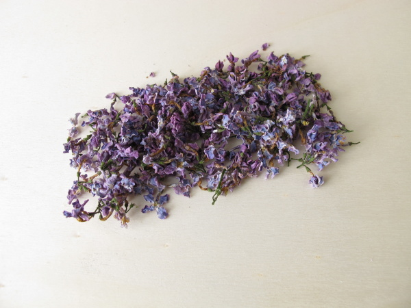 getrocknete lila blumen auf holzbrett