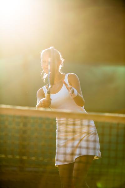 portraet eines huebschen jungen tennisspielers beim
