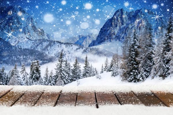 weihnachten xmas hintergrund mit hoelzern schneebedeckten