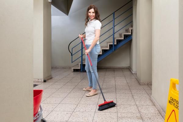 janitor reinigungsboden im korridor