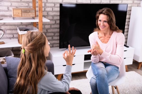 frau und maedchen machen zeichensprachen
