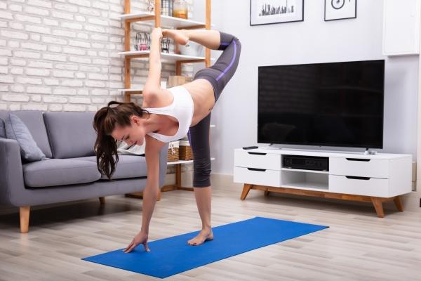 flexible junge frau die yoga praktiziert