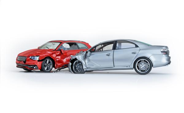 zwei autos verunglueckten seitenperspektive