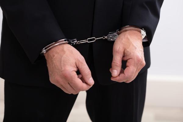 festgenommener mann in handschellen