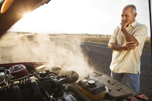 ein hispanischer senior zog mit motorproblemen