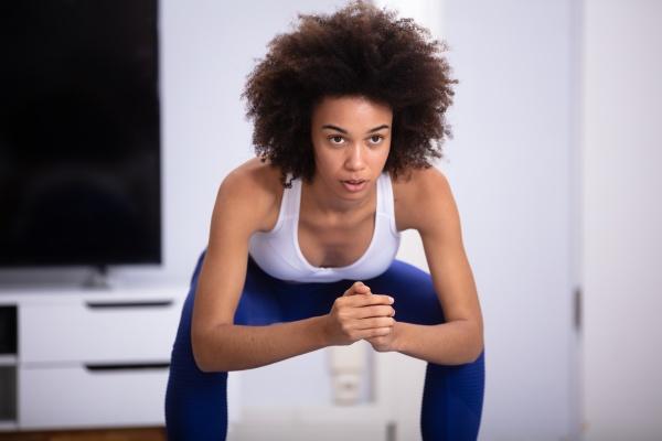 frau die squat UEbung macht