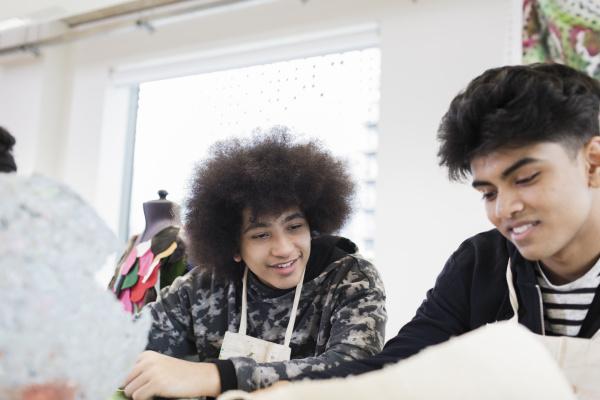 teenage boys in high school kunstklasse