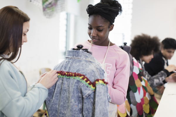 teenager maedchen entwerfen denim jacke in