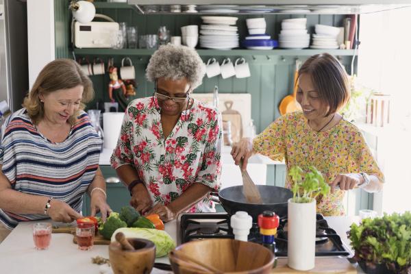 aktive seniorinnen freunde kochen in der