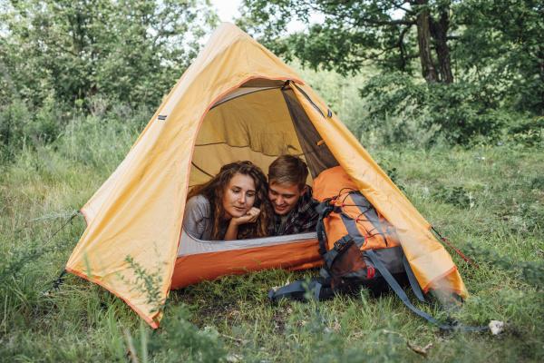 junges paar camping in der natur
