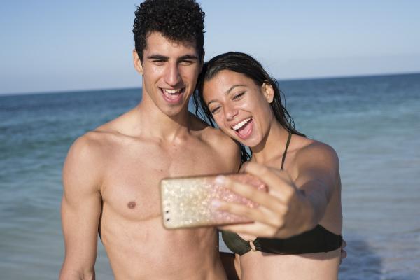 glueckliches junges paar das selfies am