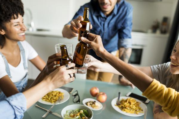 froehliche freunde die bierflaschen am esstisch