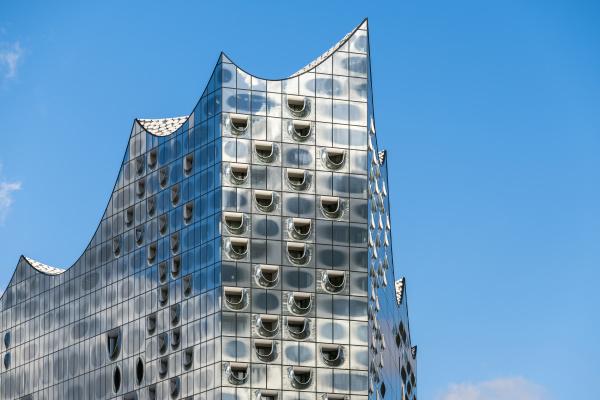 glasfassade des konzertsaals elbphilharmonie an der