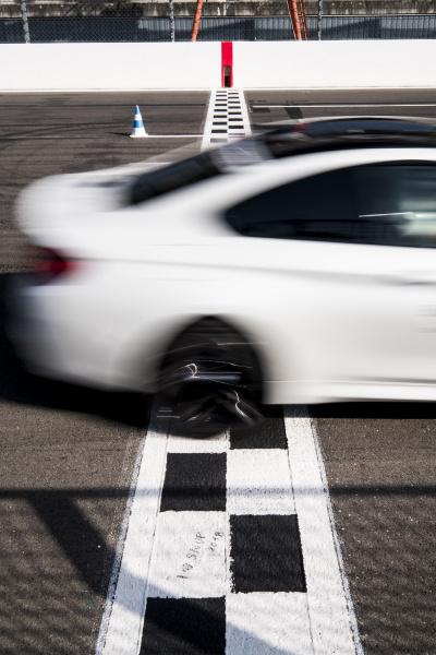 auto ueberquert ziffern auf rennstrecke