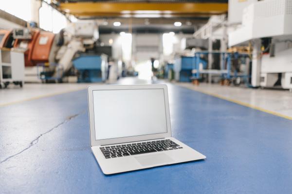 laptop mit leerem bildschirm in der