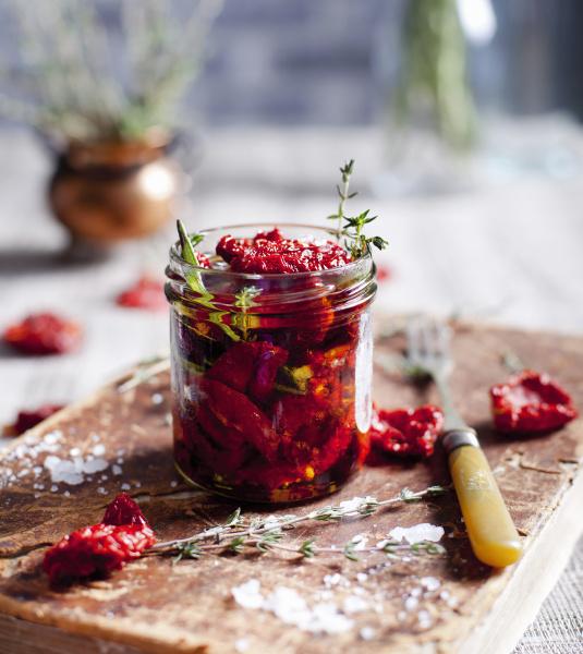 sonnengetrocknete tomaten mit kraeutern und meersalz