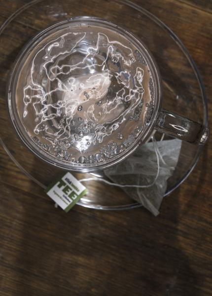 eine teetasse mit heissem wasser und