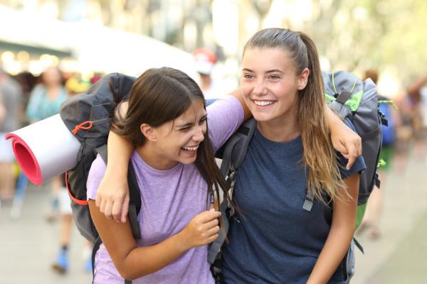 glueckliche backpacker lachen geniessen urlaub