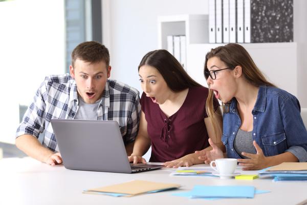 drei verblueffte unternehmer online im buero