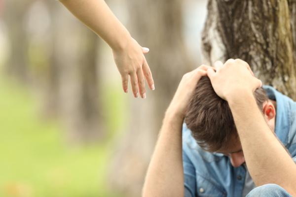 traurige teenager und eine hand die