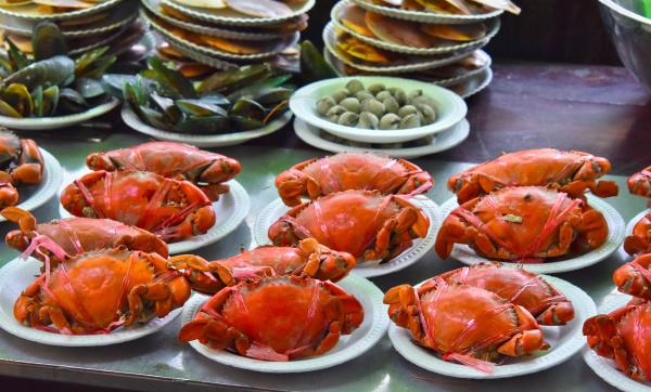 gegrillte krabben im strassenrestaurant in thailand