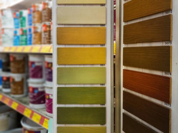 farbmuster fuer holzschutzfarben im baustofflager