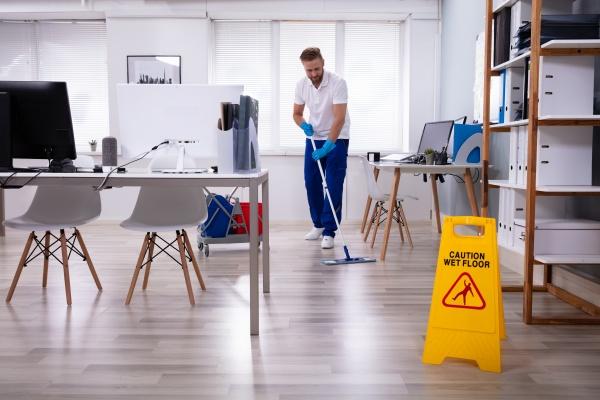 janitor mit mop reinigungsbuero