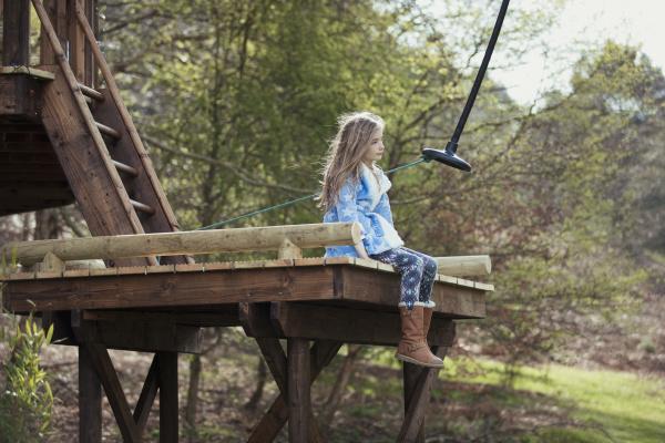 kleines maedchen sitzt auf einer swing