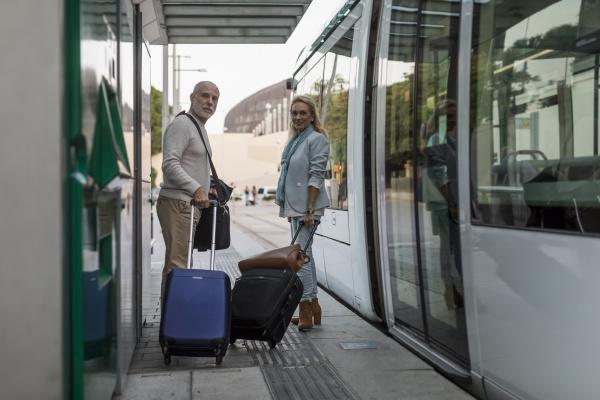 spanien, barcelona, seniorenpaar, mit, gepäck, an - 26924575