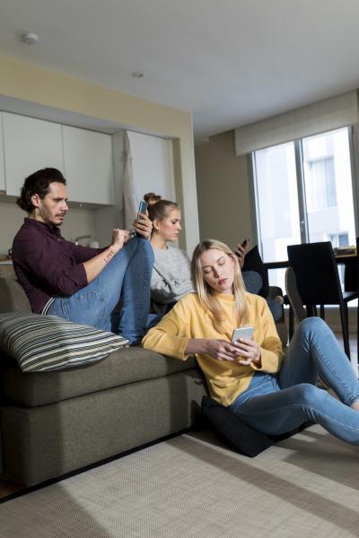 gelangweilte freunde sitzen auf der couch