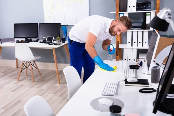 janitor reinigung weissen schreibtisch im buero
