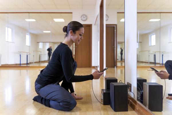 balletttaenzerin mit handy im ballettstudio