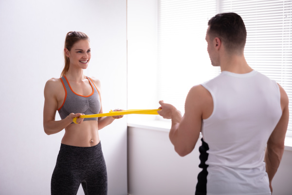 junge frau mit gym trainer macht
