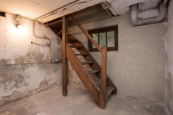 leerer keller in verlassenen alten industriegebaeude