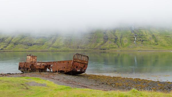 schiffswrack von mjoifjordur fiord ostisland islaendisches