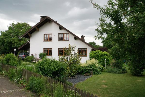 einfamilienhaus im landhausstil mit vorgarten