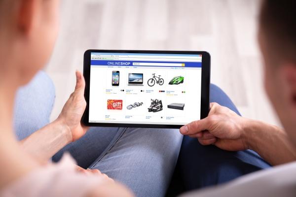 paar shopping online auf tablet
